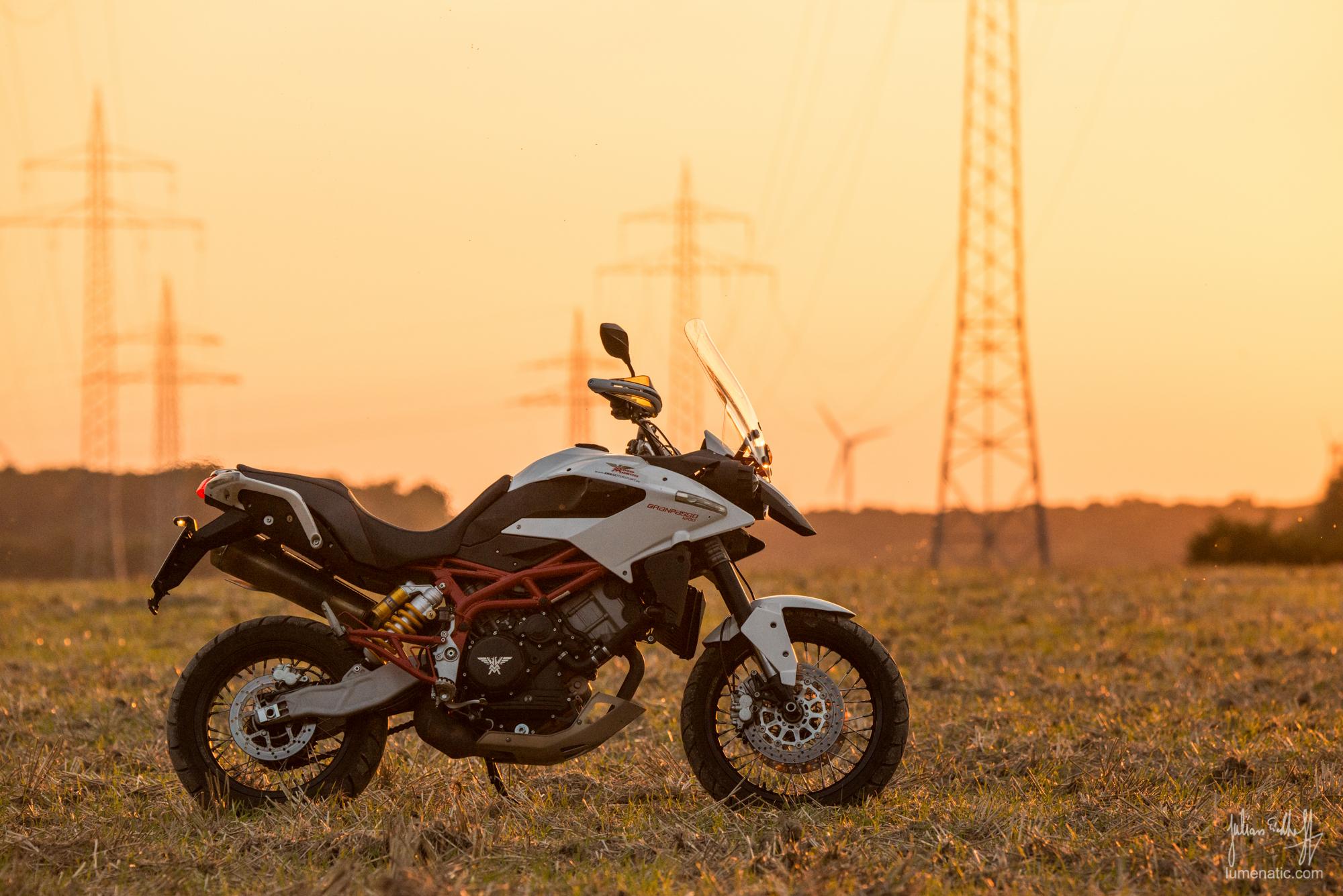 Spontanes Motorrad-Fotoshooting im Sonnenuntergang