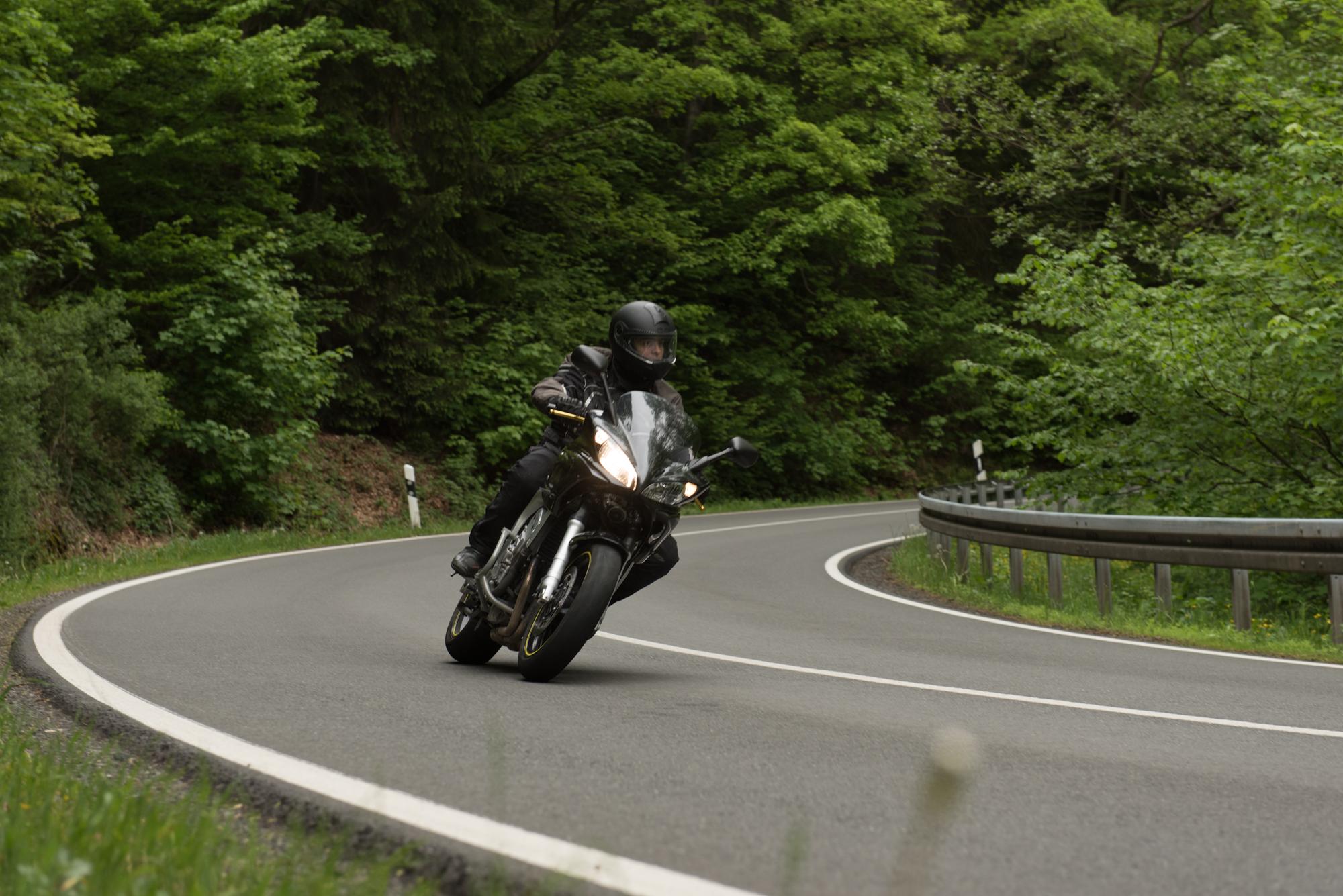 Hitting some curves (Yamaha FZ6 Fazer)